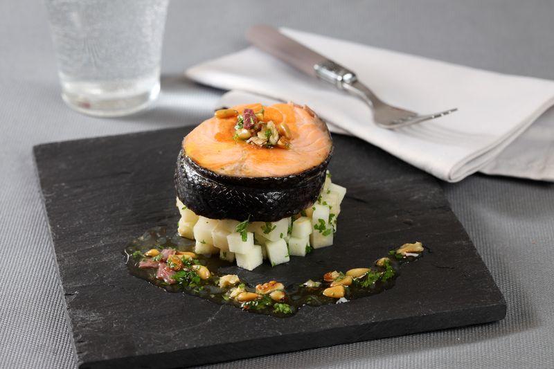 Tournedos de saumon rôti, céleri-rave braisé aux pommes Ariane, vinaigrette acidulée