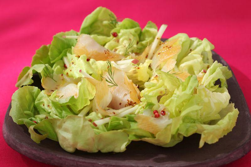 Salade de coeurs de laitue au flétan fumé, bâtonnet de pomme Ariane
