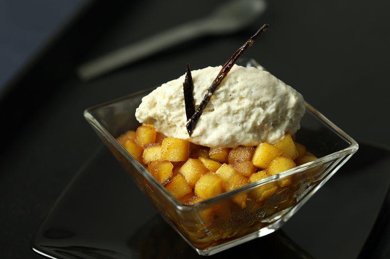 Wok de pommes Ariane au caramel de vanille, chantilly marron/cannelle