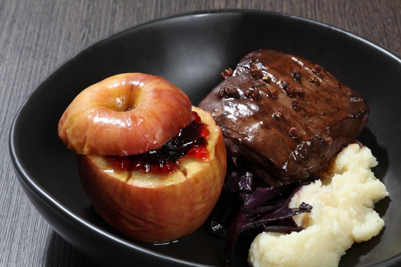 Pavé de sanglier au poivre de Sichuan, compotée de chou rouge, purée de céleri et pommes au four