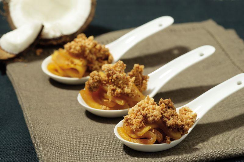 Crumble de noix de coco, pommes Ariane à la cannelle et fèves tonka