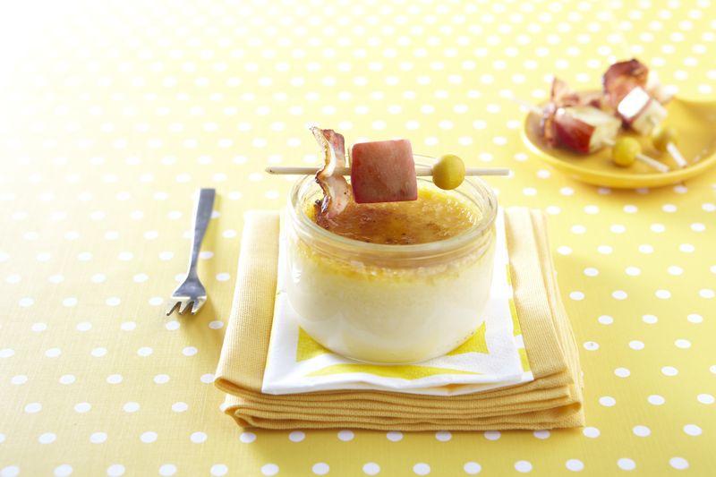Crème brûlée au brie de Meaux, mini-brochette de pomme Ariane et lard croustillant