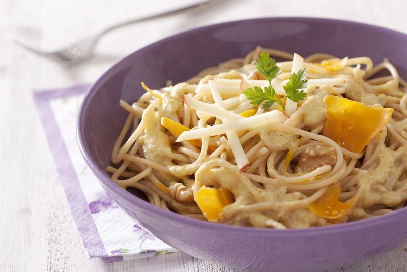 Spaghetti au blé complet sauce endives et orange, copeaux de mimolette