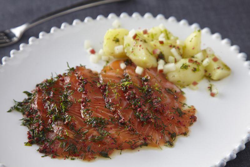 Saumon gravlax, salade de pommes de terre acidulée et pomme Ariane