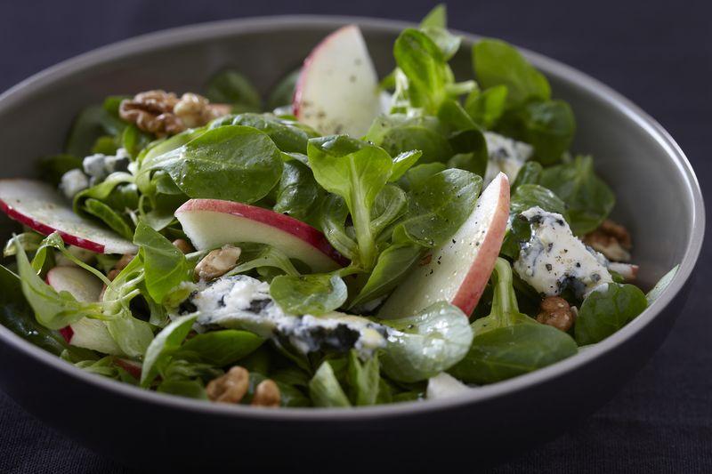 Salade de roquefort, pomme et noix