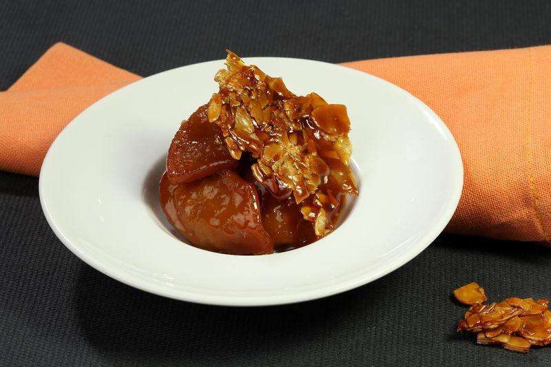 Pommes Ariane rôties et confites au caramel demi-sel, nougatine