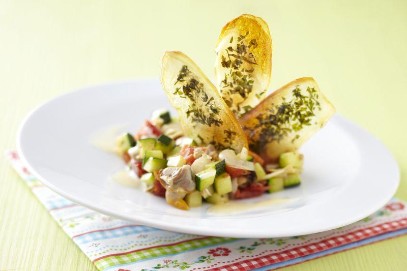 Macédoine de légumes et pomme Ariane, chip de pomme de terre aux herbes.