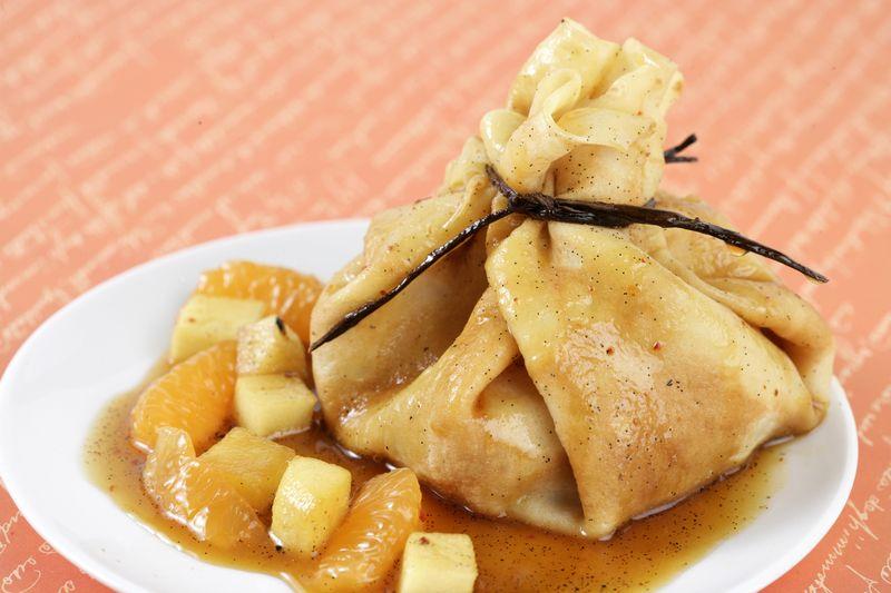 Aumonière de crêpe, pomme Ariane et agrumes