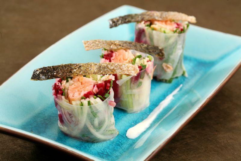 Rouleau transparent de saumon mi-cuit et saumon fumé, légumes croquants et pomme Ariane