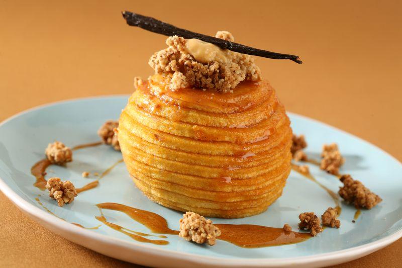 Pomme Ariane confite aux épices, émulsion caramel, streusel noisette et sauce caramel au beurre salé
