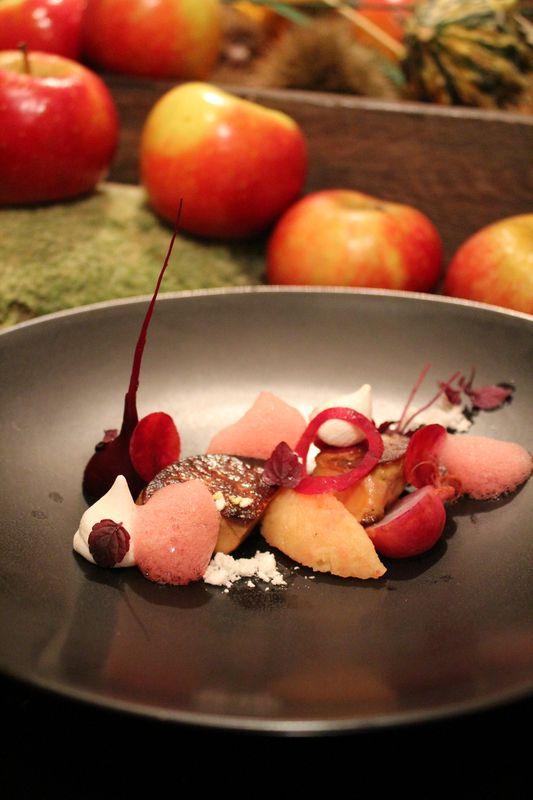 Foie gras chaud de canard des Landes aux pommes Ariane et parfum de shiso