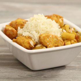 Curry de volaille à l'ananas, à la pomme Ariane, et riz aux amandes