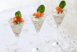 Verrine mousse de saumon et pommes Ariane, pignons de pin et pousses d'épinard