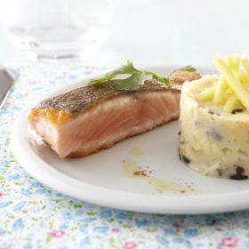 Mi-cuit de saumon, écrasée de pommes de terre à l'olive, croquant de pomme Ariane au citron vert