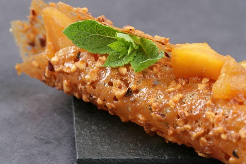 Compote de pommes Ariane au caramel, tuile aux amandes