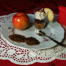 Boudin noir sur son lit de Crumble avec sa couvertine de pomme Ariane en Espuma, accompagné de ses blinis