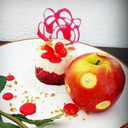 Douceur de pommes grenadine sur lit craquant de spéculoos et mousse légère aux carambars, éclats de caramel crunchy