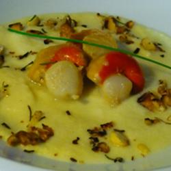Saint-Jacques poêlées sur leur lit de crème aux pommes et leur croustillant aux noix torréfiées